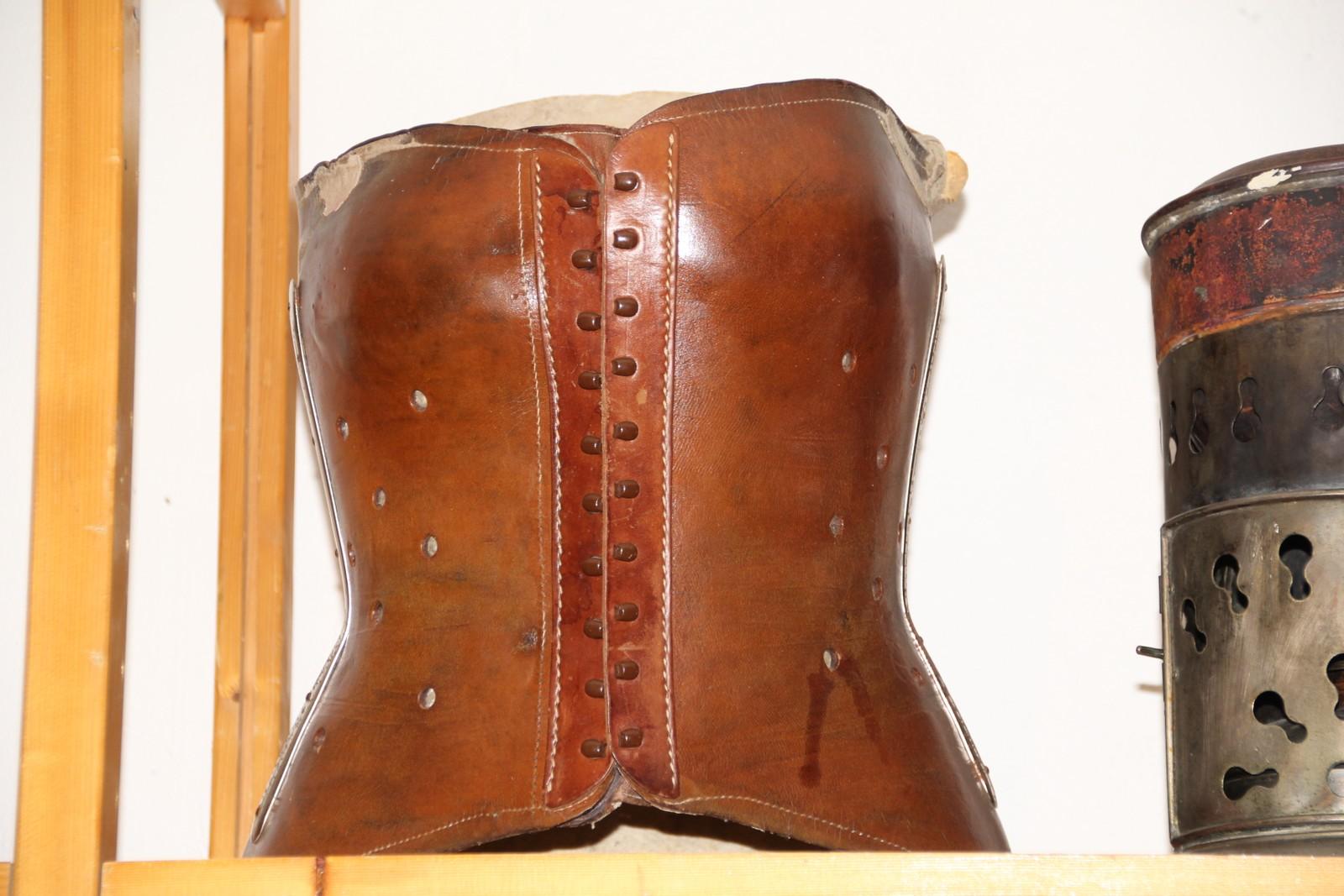 Korsett av skinn ble brukt for å holde kroppen og skjelettet oppe og på plass ved tuberkulose