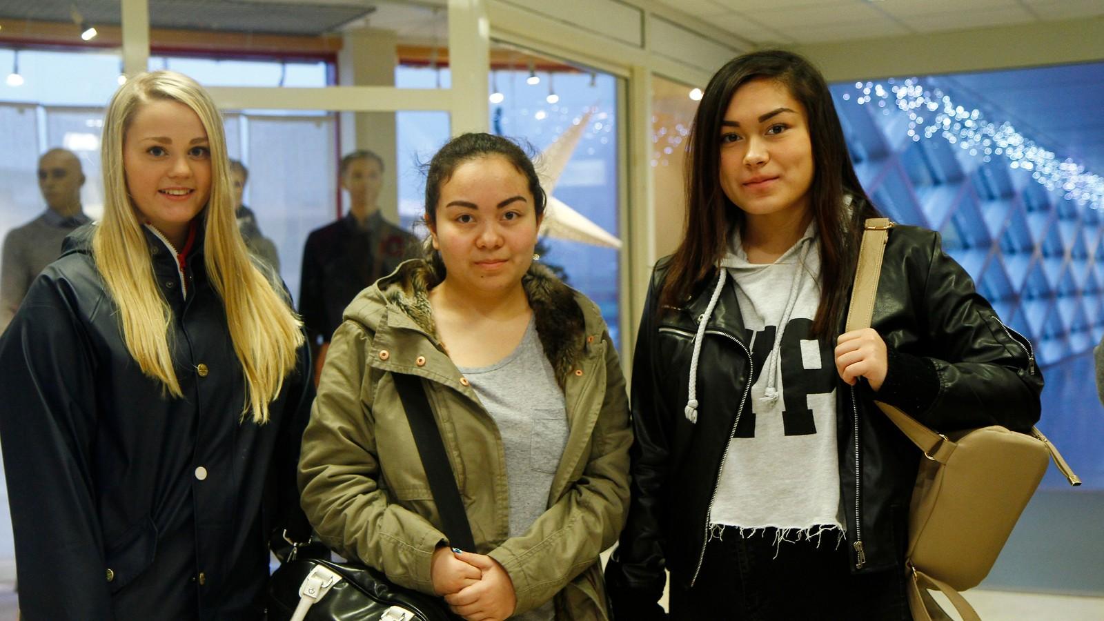 Desse tre jentene hadde tatt turen frå Florø til Førde for å handle tilbodsvarer. Frå venstre: Sandra Jacobsen, Jannicke Hatlem og Camilla Hatlem.