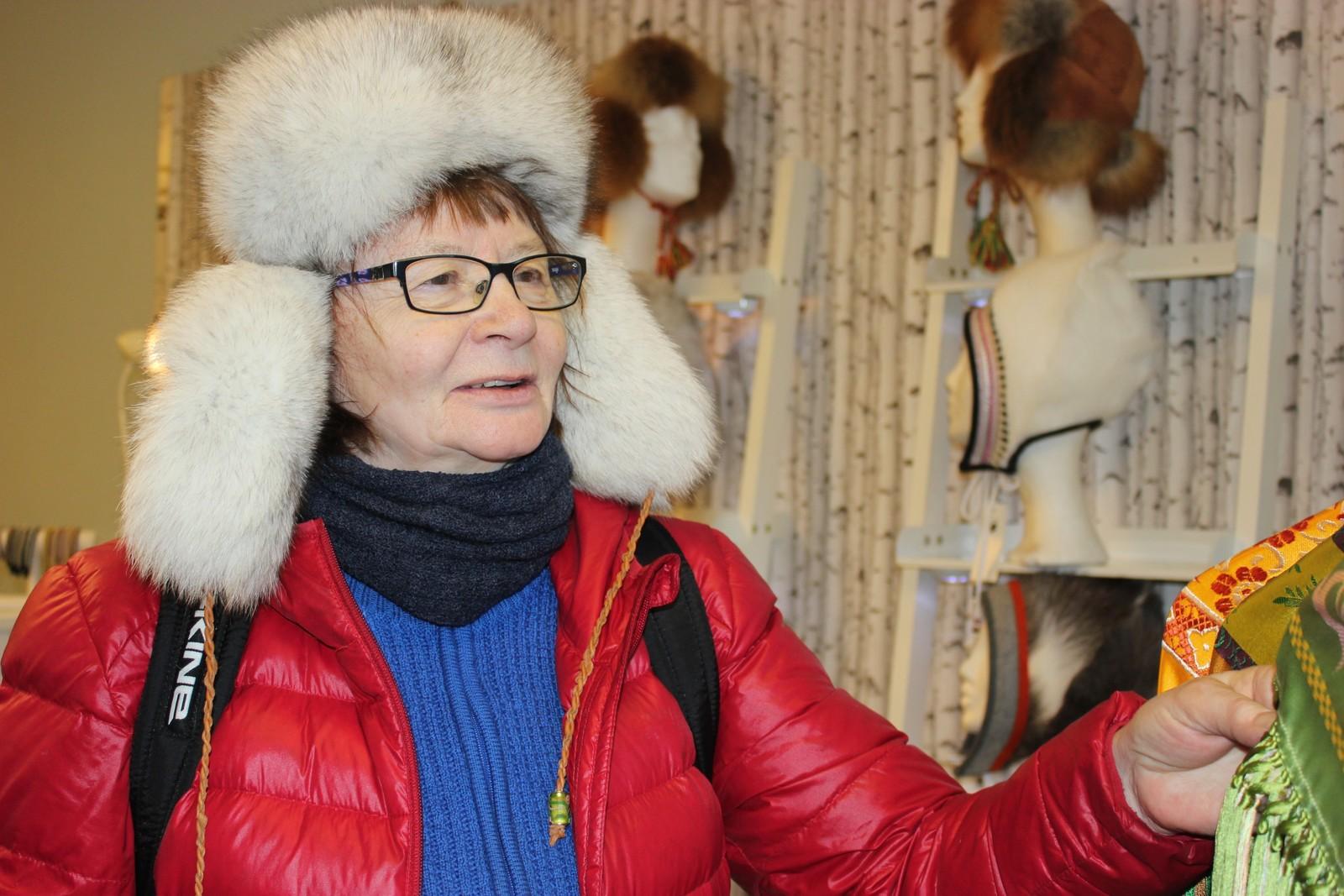VÁLLJENVÁRRI: Margareta Ponga Stinnerbom geahčadeamen rissojuvvon silkkiid.