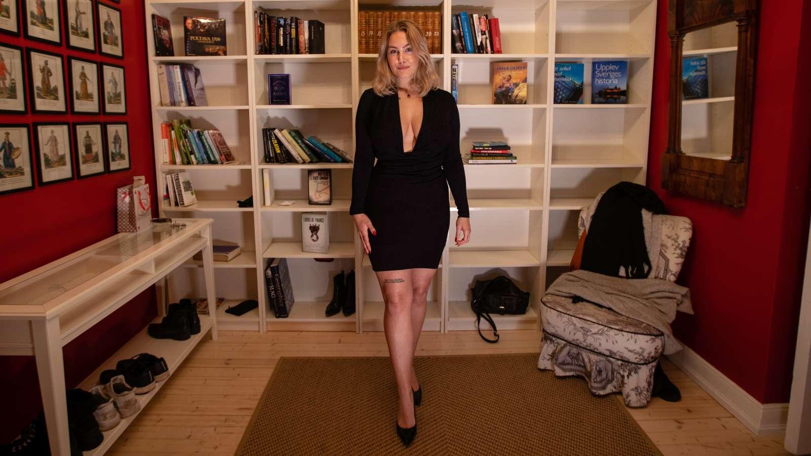 Den ene ikledd skaut, langt skjørt og høyhalset genser, og den andre i kort, svart utringet kjole. Likevel føler de seg like frie.