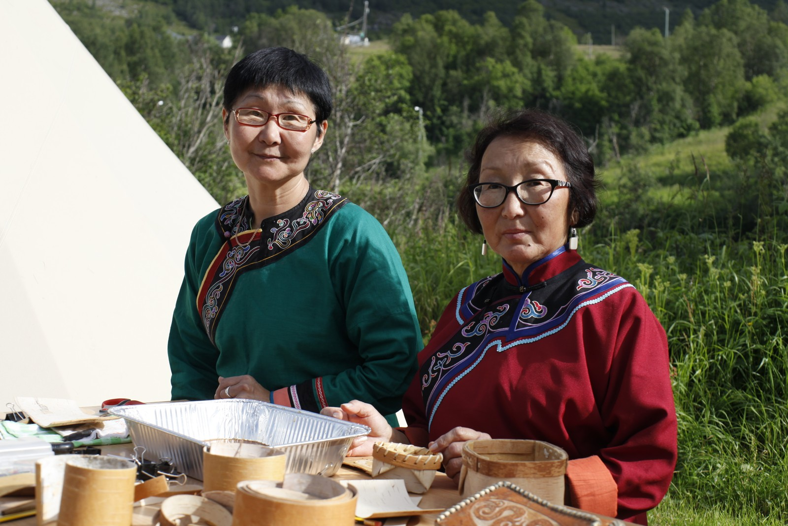 Yuliya Chizhik og Svetlana Rusugbu trives med å lære bort tradisjonskunnskap til festivaldeltakerne.