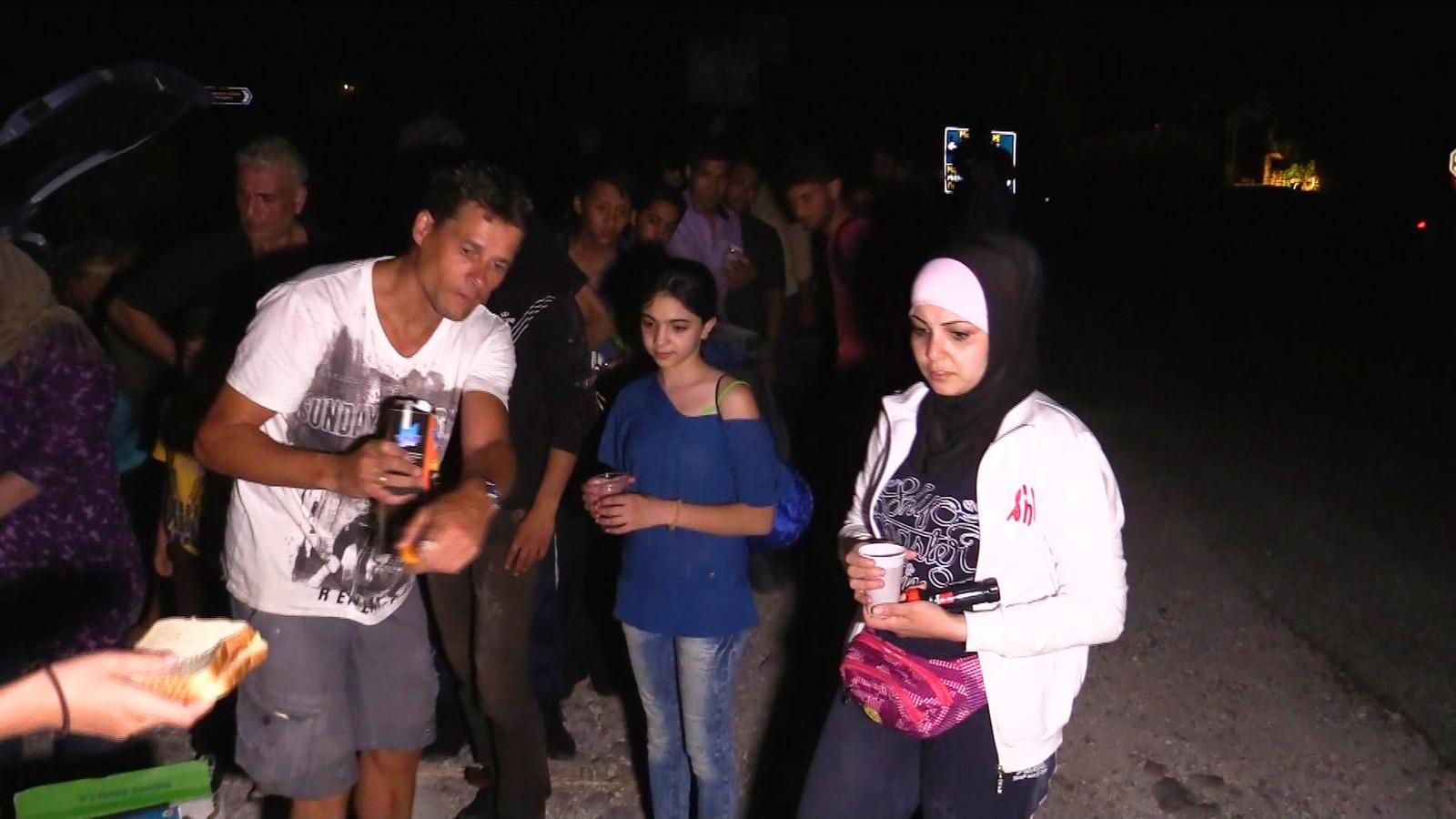 De frivillige rykker ut med både mat og vann, og soveposer, liggeunderlag og bleier når det kommer melding om at det ankommer en båt med flyktninger til øya.