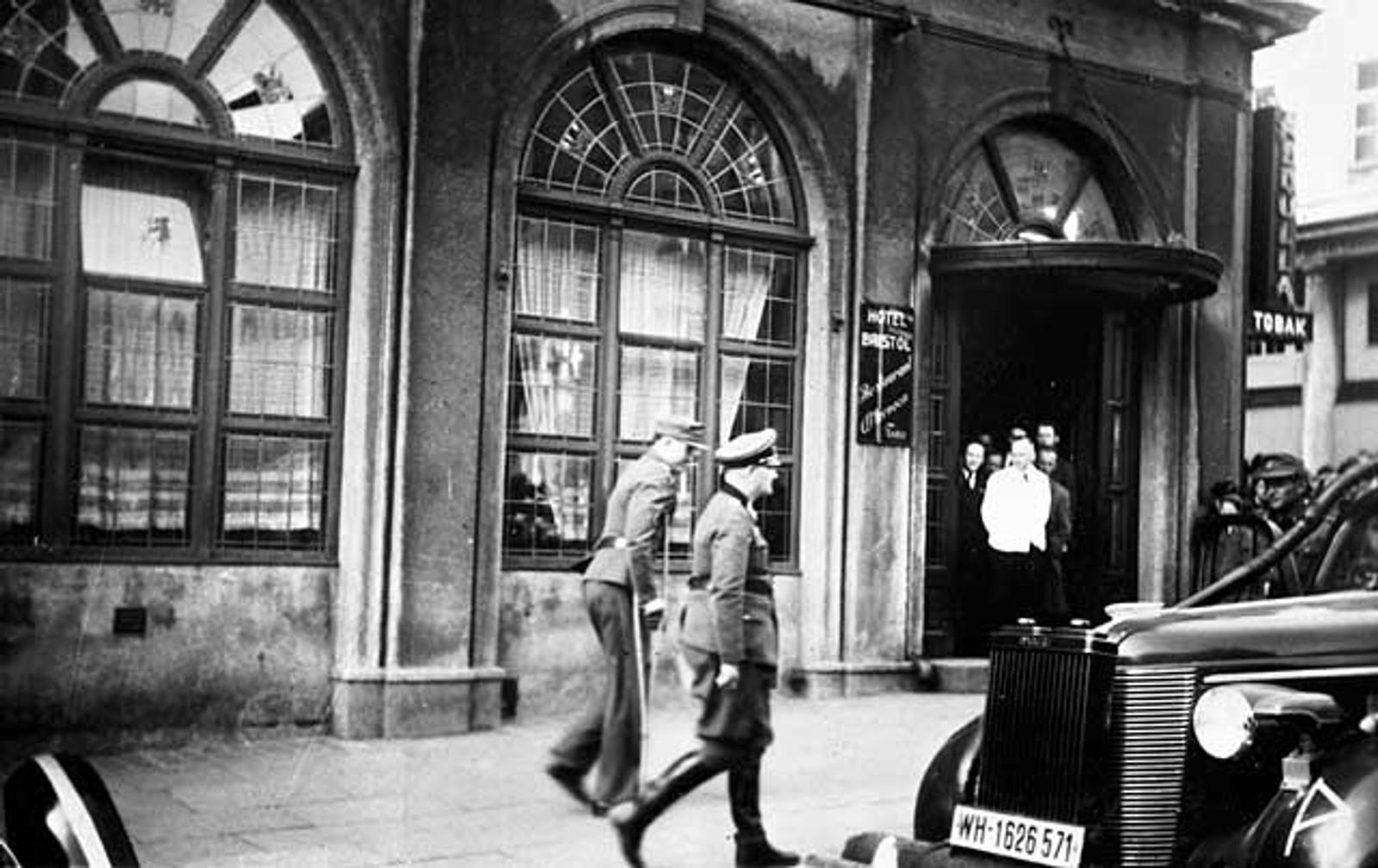 TAPERNE: Tyske offiserer overgir seg til norske styrker i maidagene 1945.