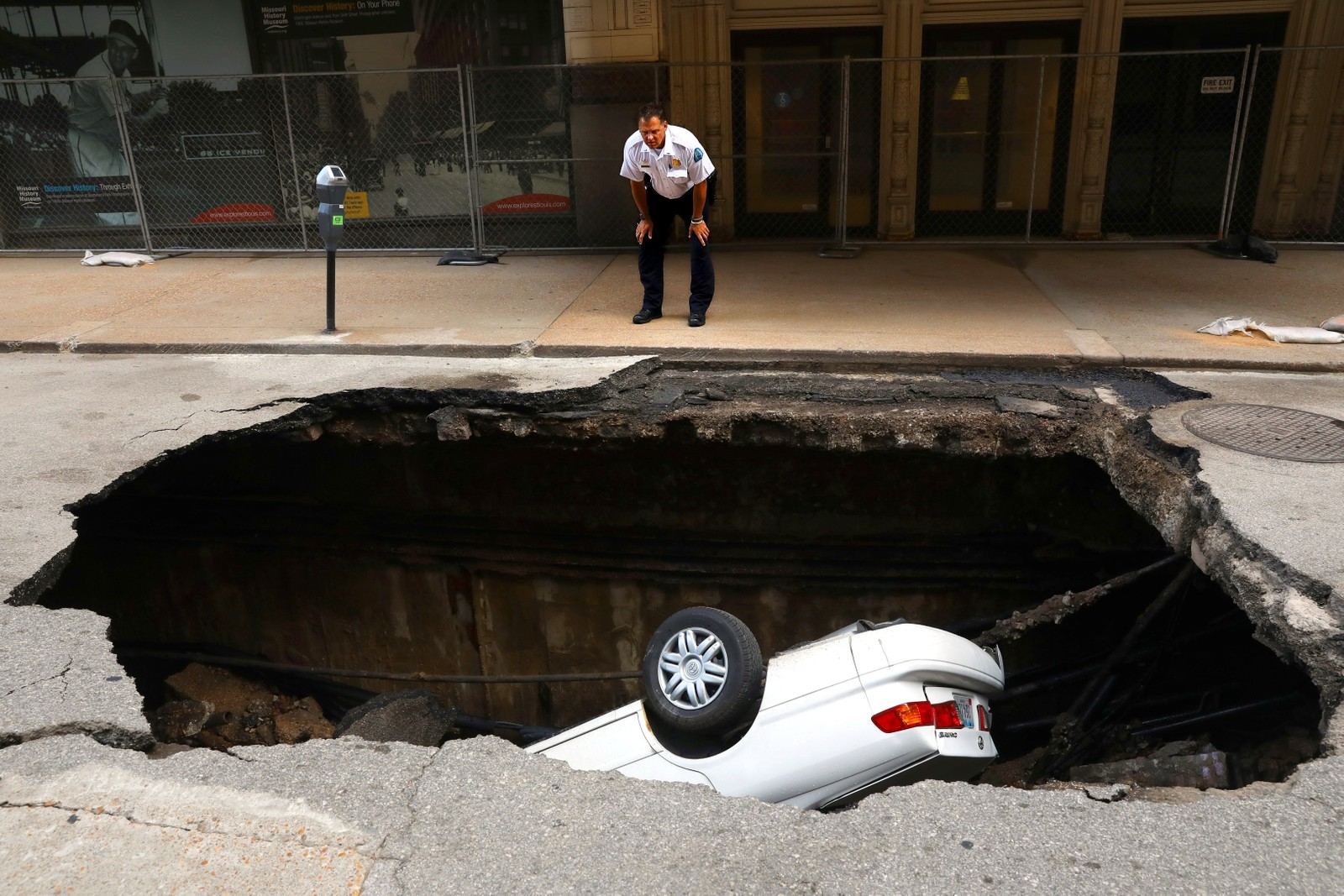 Jada... De fleste har vel en eller annen gang ønsket at de kunne synke i jorden. Det er ukjent hvordan dette synkehullet i St Louis i USA oppstod.