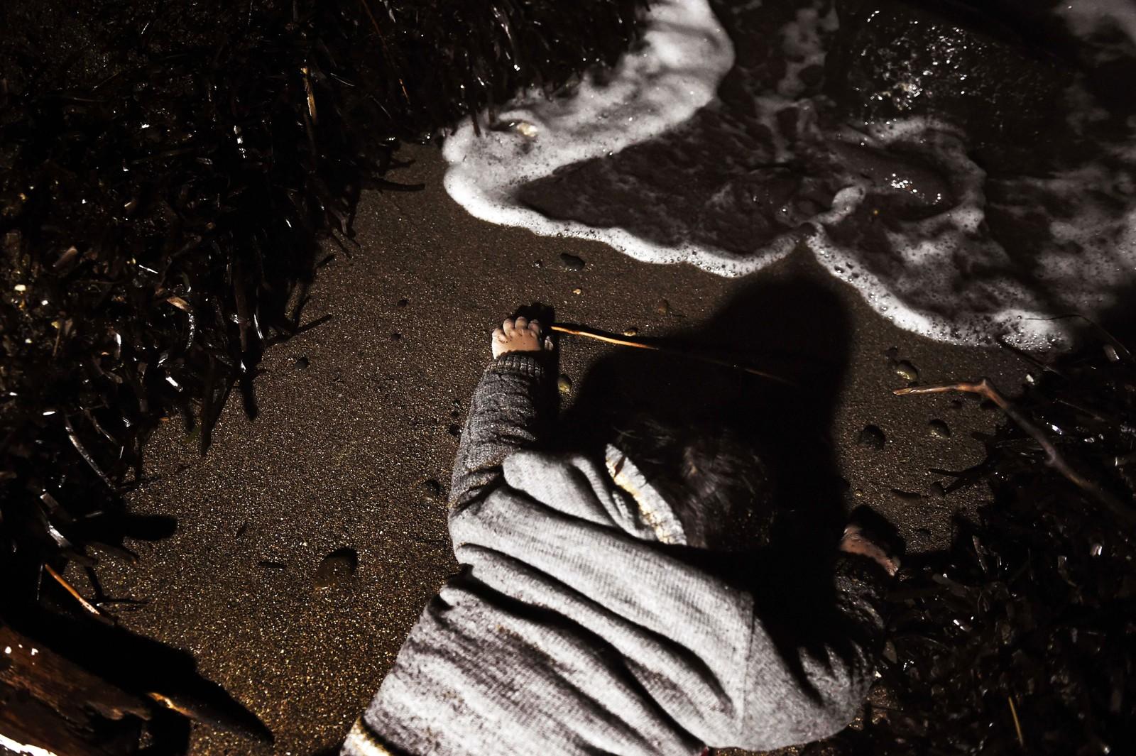 Liket av et barn som ble skylt i land på Lesvos 1. november 2015.