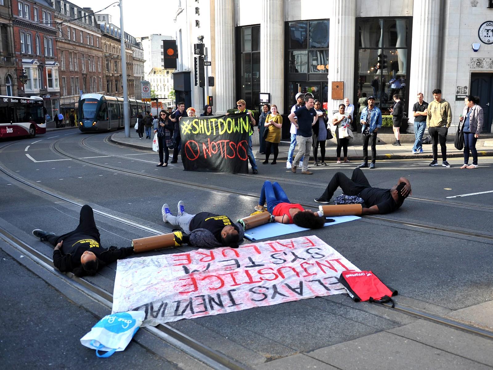 Demonstranter som tilhører gruppen Black Lives Matter forsøker å stoppe trafikken i Nottingham i England den 5. august. Det var lignende demonstrasjoner i flere engelske byer, og en gruppe stoppet også en vei som går til Heathrow lufthavn.