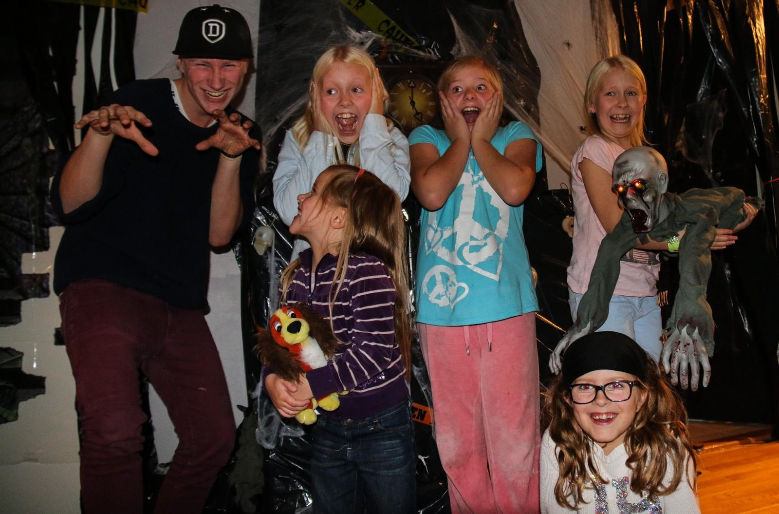 Lina Hagen (nederst til høyre) bor i halloween-hula sammen med mamma Oddbjørg. Her har hun besøk av naboungene.