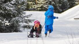 Barn leker i snøen - Foto: @annebestemor/Instagram