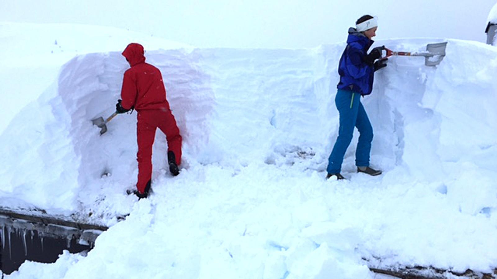 Snørydding på hustak på Vadheimsstølen