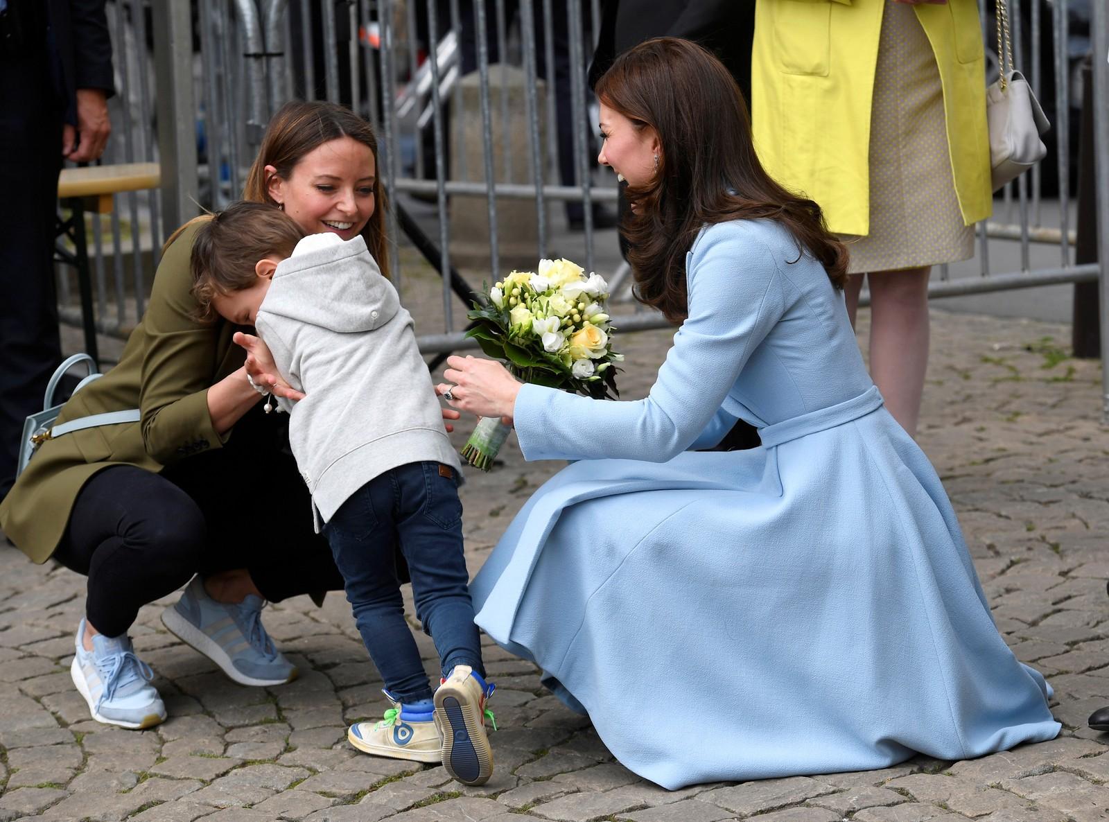 En liten gutt syntes det var litt flaut å gi blomster til Catherine, hertuginnen av Cambridge, i Luxemburg.