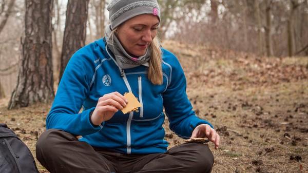 Maria Almli spiser på tur - Foto: Elin Hansson / DNT