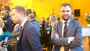 Torgeir Micaelsen står bak Bent Høie, som blir intervjuet
