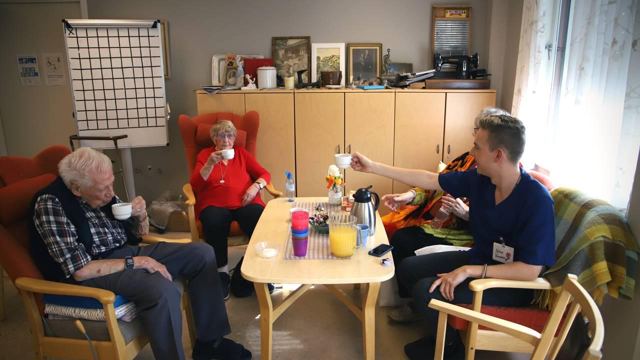 Vernepleier Håkon Sand drikker kaffe med eldre på et gamlehjem i Oslo.