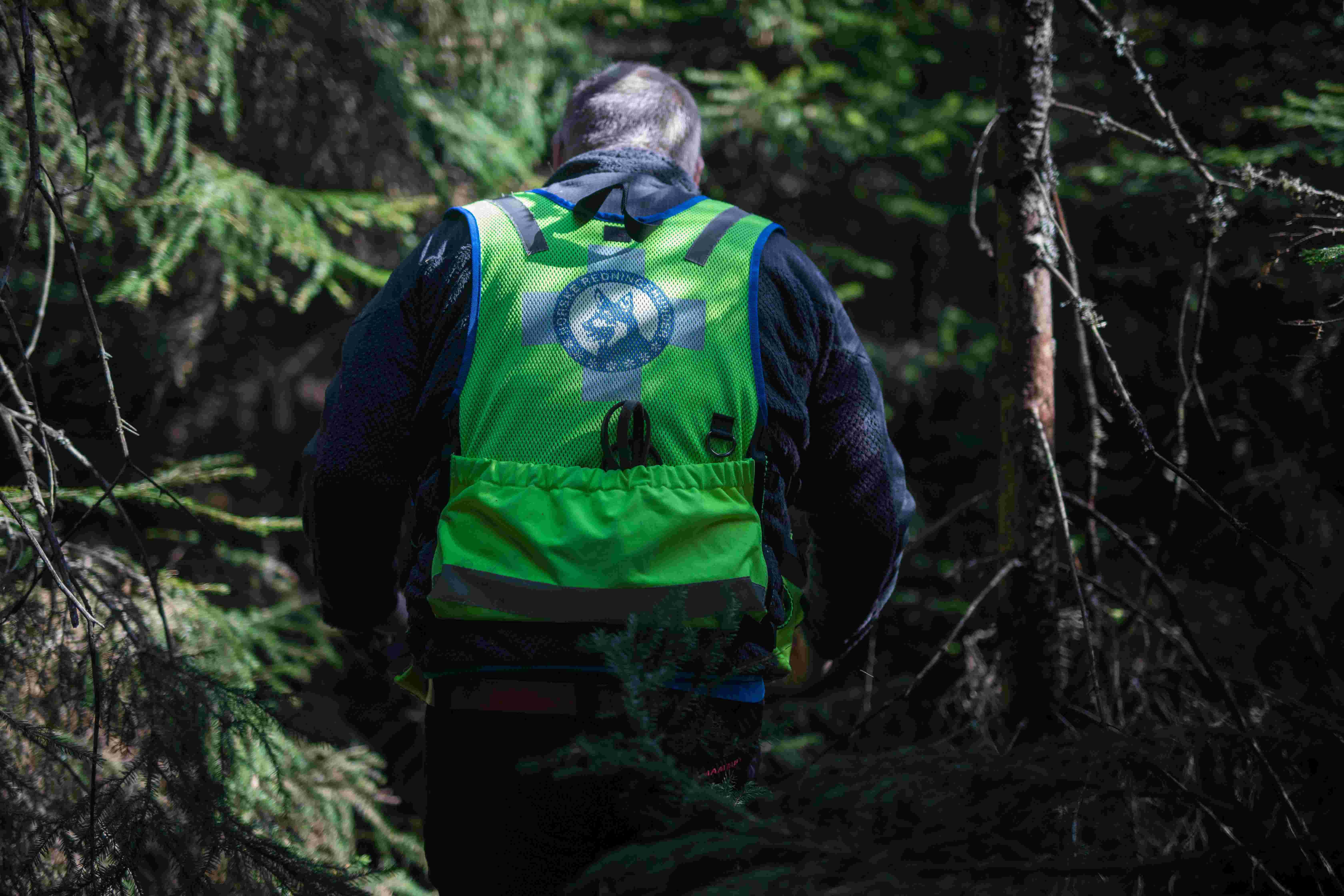 Ronny bakfra, går i tett skog