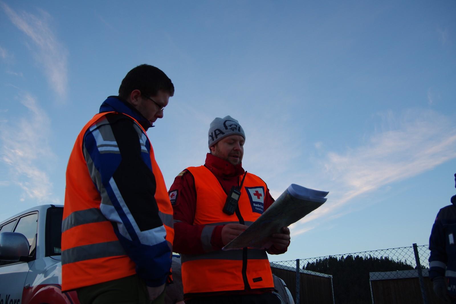 Mannskaper fra hjelpekorpset studerer kart.