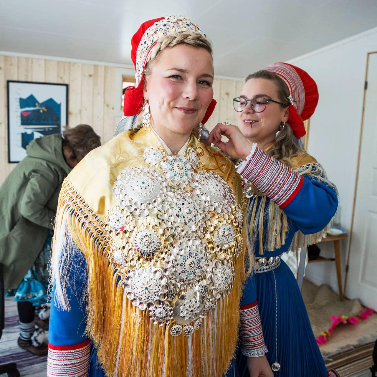 Ellen Karin Marjana Gaup klargjøres for bryllupsdagen sin.