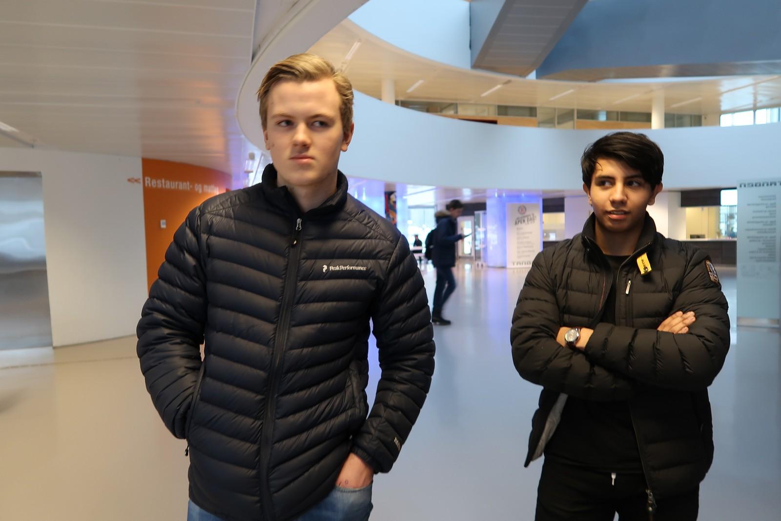 Kameratene Daniel Ingebretsen og Peter Jakobsen har på seg gode vinterjakker, men har lave, hvite sko. De mener man blir «automatisk teit» om man har på seg vintersko.