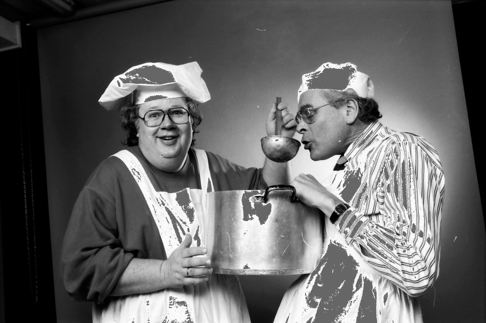 Borgulfsens betasuppe 1992 Knut Borge (t.v) og Torkjell Berulfsen med kokkeluer og suppekjele i atelier.