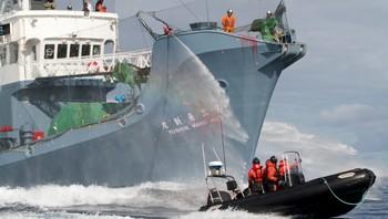 Det japanske hvalfangstskipet Yushim Maru no. 3 bruker vannkanoner mot aktivister fra Sea Shepherd