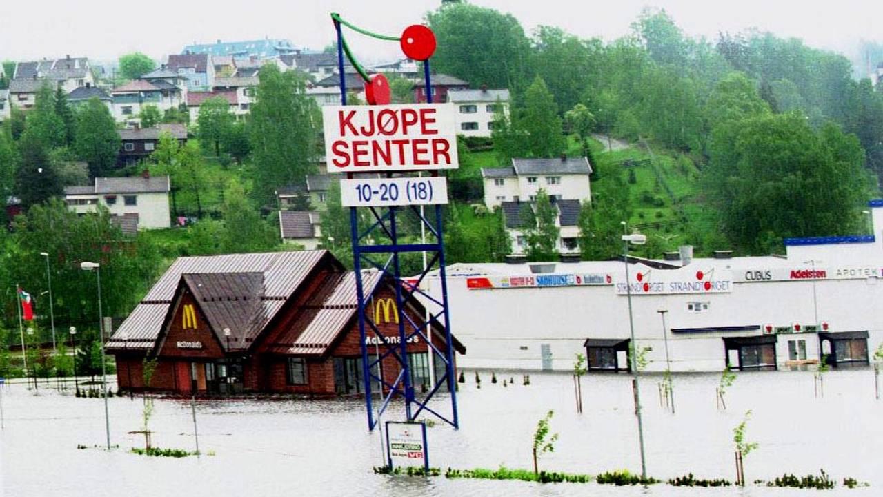 Vannet strømmer inn i kjøpesenteret Strandtorget på Lillehammer under flomkatastrofen i 1995.