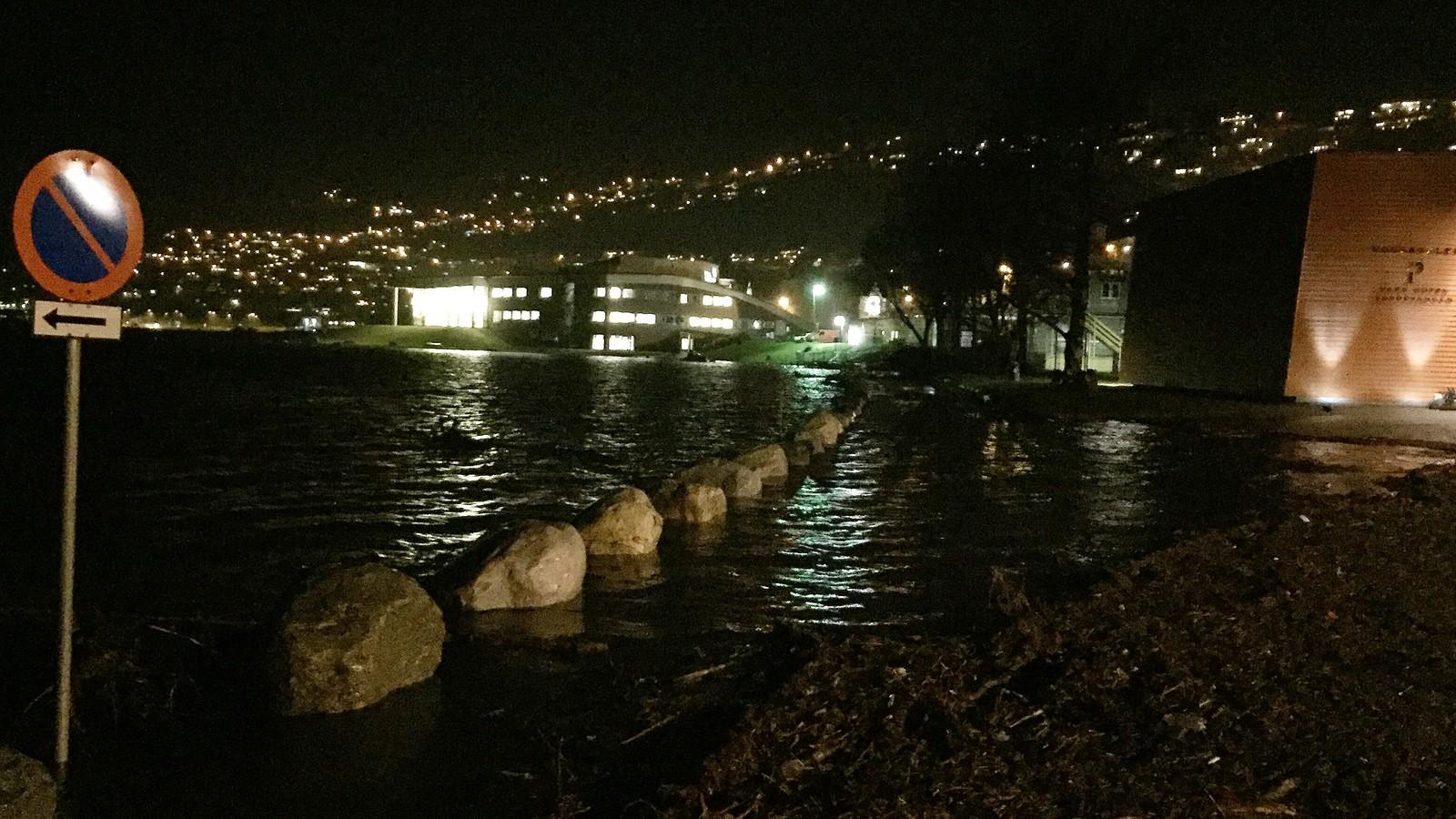 Flaumen nådde sin topp natt til måndag, men klokka 08.00 er det framles høg vassføring i Vangsvatnet på Voss.