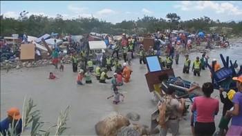 Venezuela har stengt den viktigste grenseovergangen til Colombia og kaster ut mange hundre colombianere fra landet.