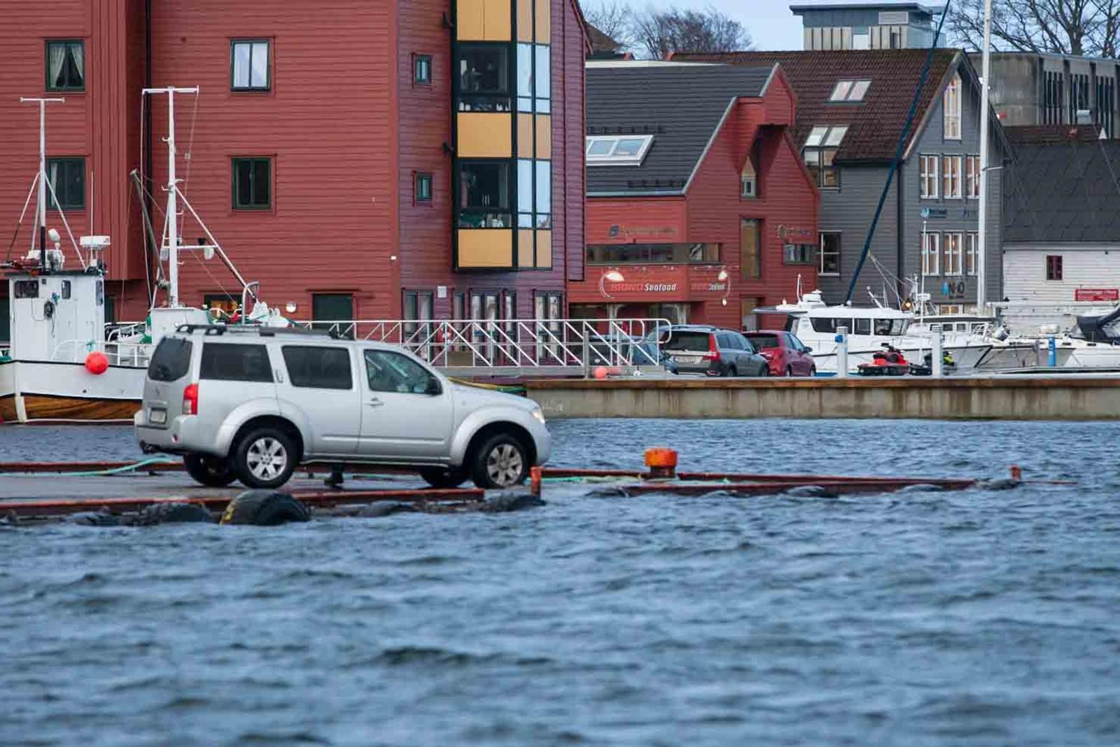 FLORØ: Her ser det nesten ut som om bilen køyrer på vatnet.