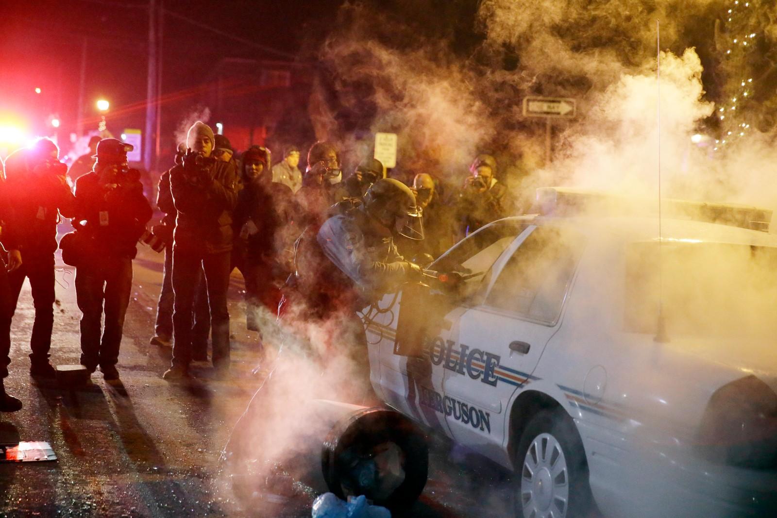 Demonstrantene har forsøkt å tenne på flere politibiler.