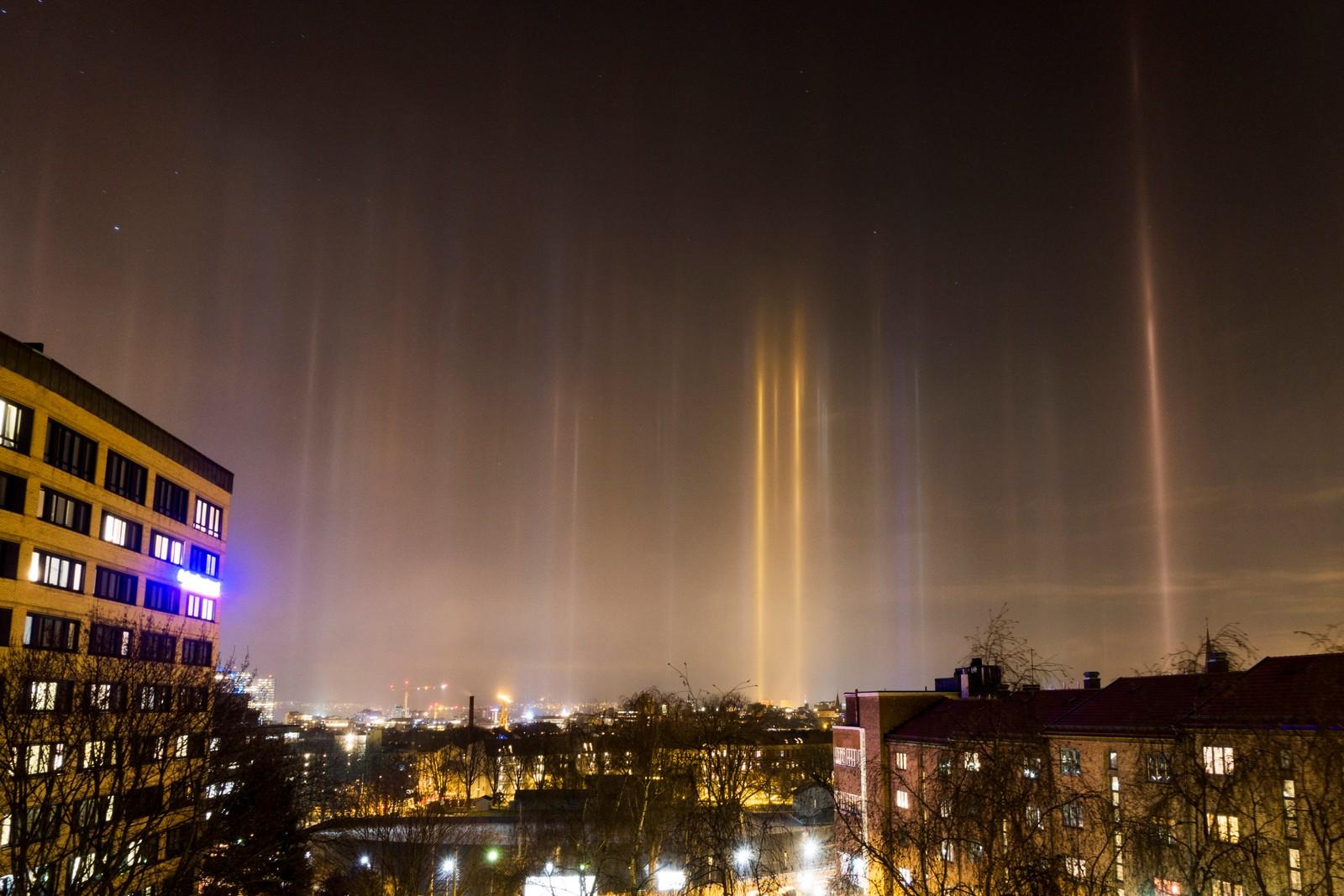 Sjeldent værfenomen som kalles lyspilarer over Oslo. Naturfenomenet skyldes kald luft med iskrystaller som reflekterer lyset fra byen som danner pilarer i luften.