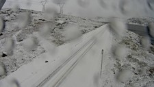 MYKJE SNØ: Slik ser det ut på fjellovergangen fylkesveg 50 Aurland–Hol fredag føremiddag.