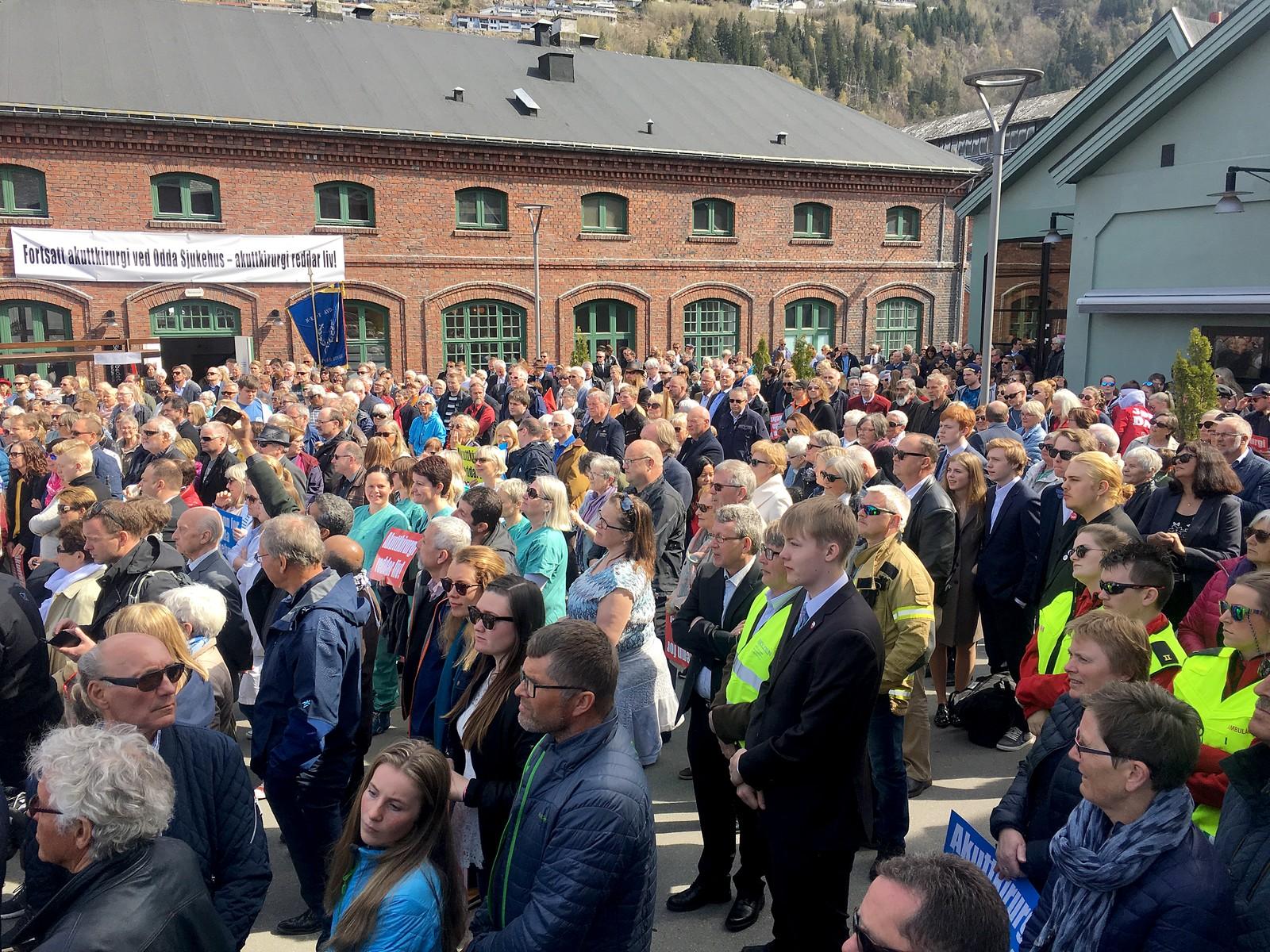 Arrangørene håpte på forhånd på rekordoppmøte for 1. mai. Her er folket samlet på Lindeplassen før avgang for toget.