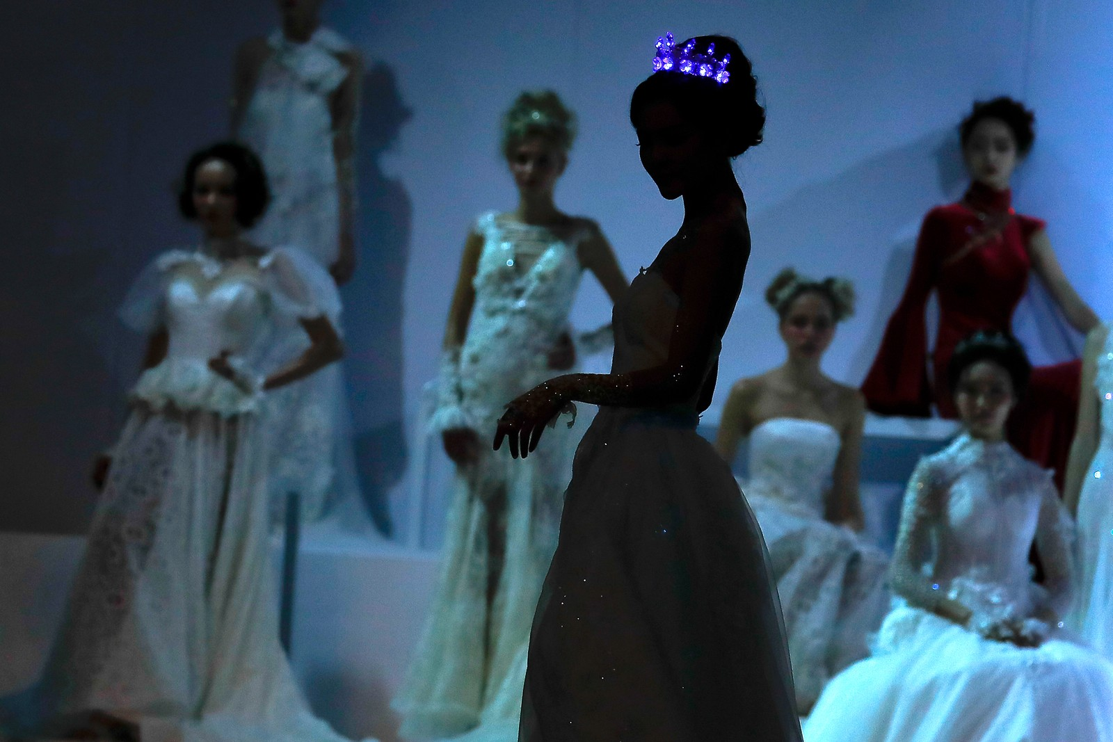 En modell viser fram en bryllupskjole i Beijing i Kina.