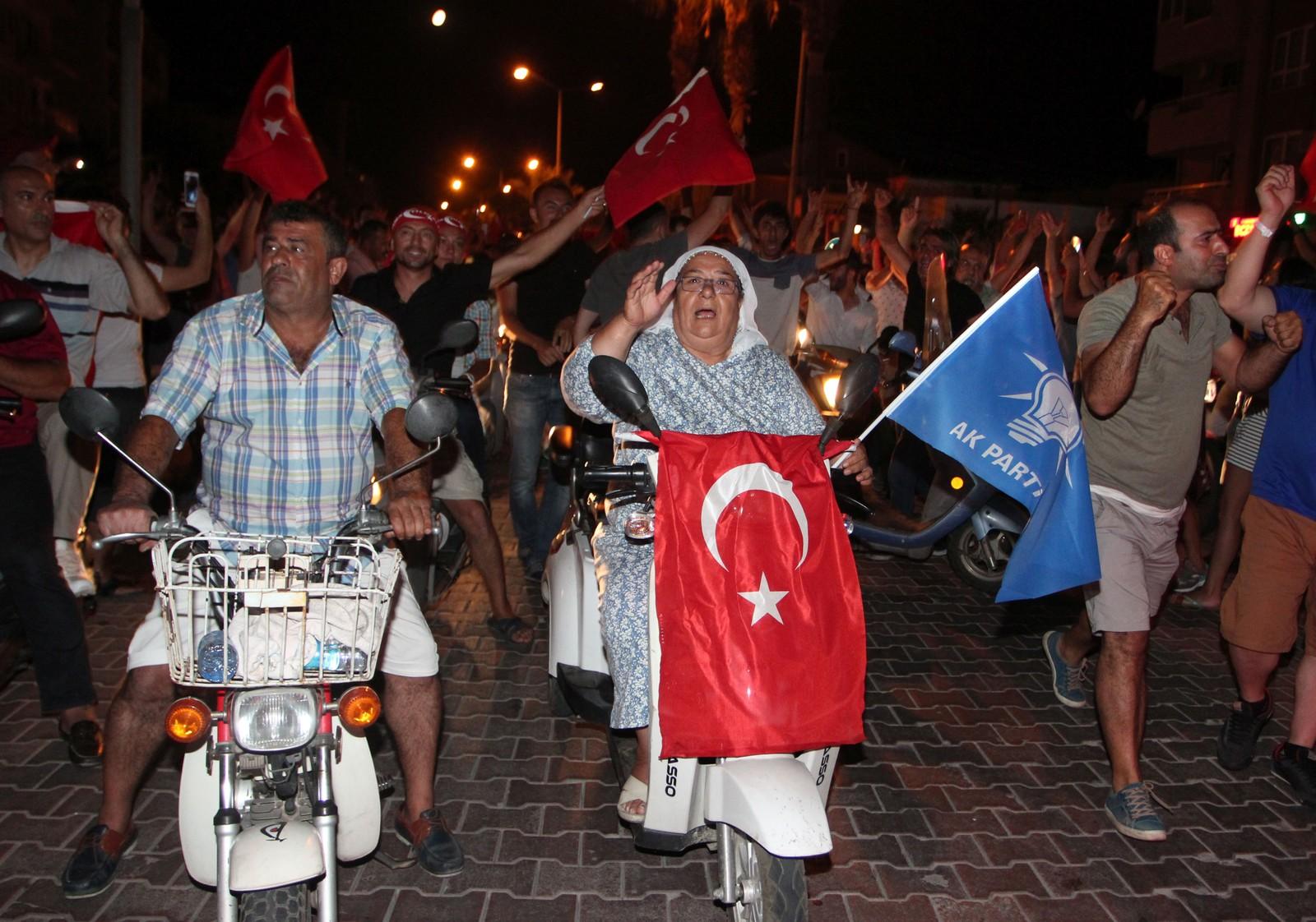 I Marmaris strømmet folket ut i gatene.