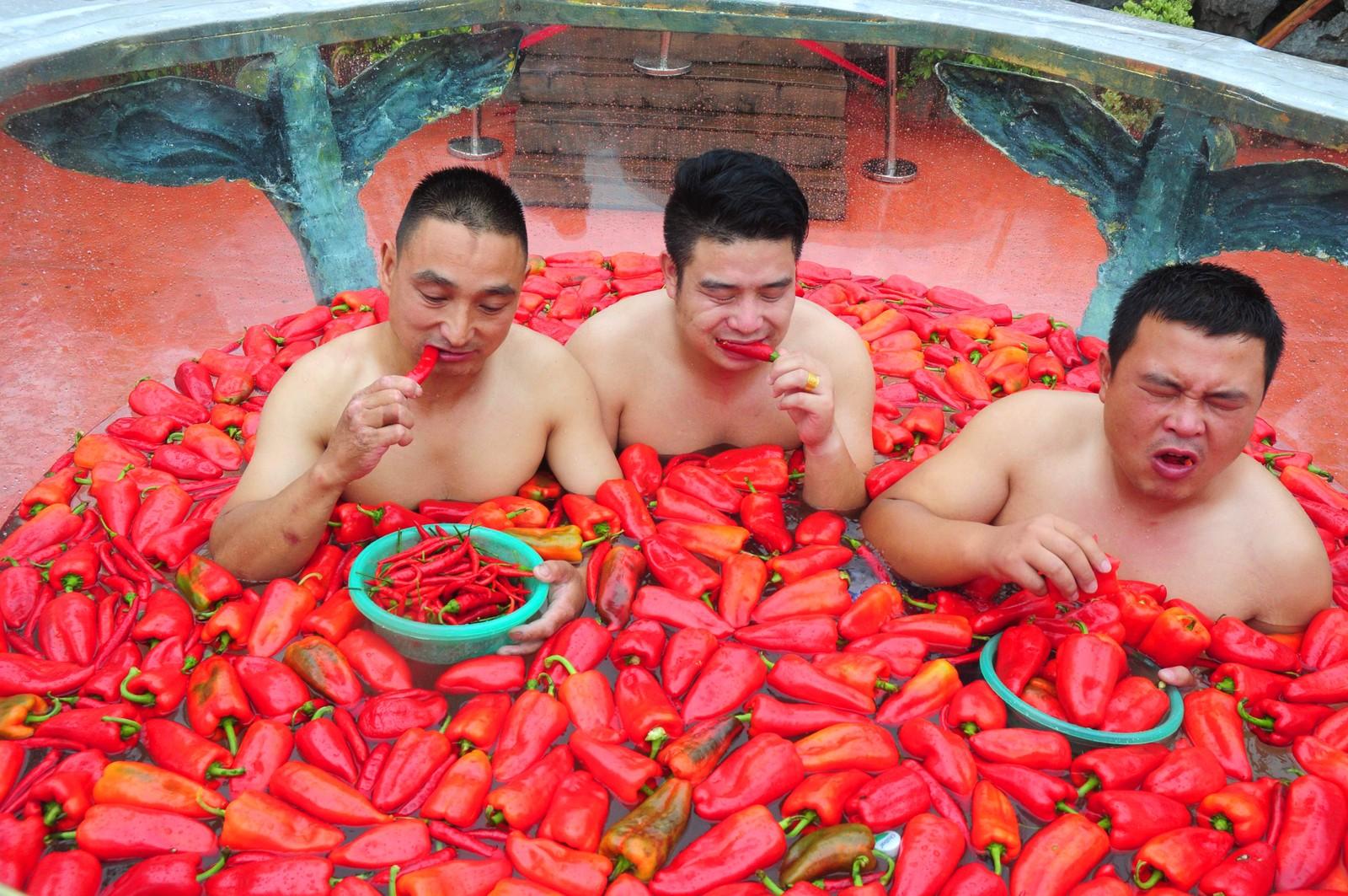 Chilispisekonkurranse i et chilibad i Ningxiang i Kina. Ganske hett. Personen som til slutt vant spiste 15 chilier på ett minutt.