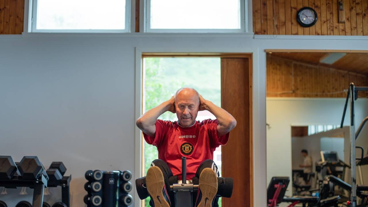 Harald Isaksen (76) tar sit-ups på trenigsrommet i Breivikbotn i Hasvik