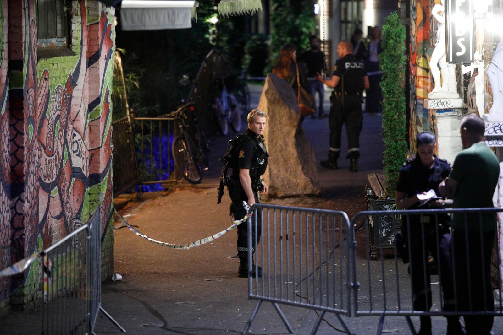 Politiet har sperret av området utenfor Blå.