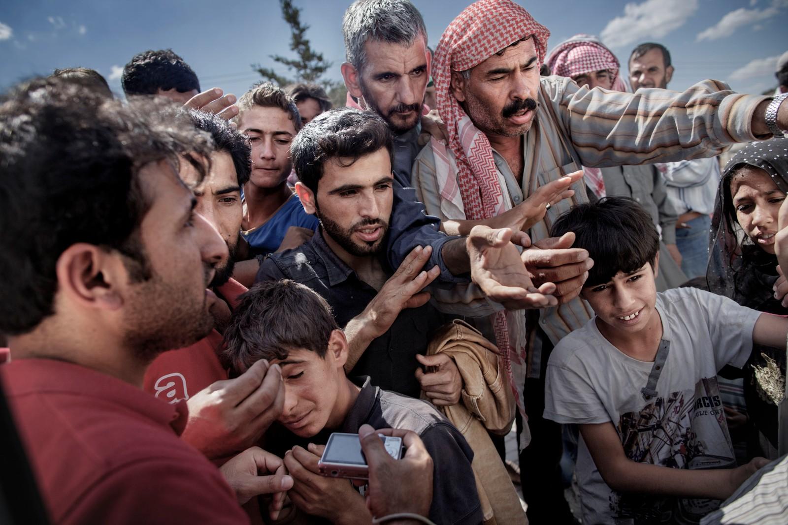 1. premie dokumentar utland: Over én million flyktninger har kommet til Europa i 2015 via sjøveien. En stor andel av dem er syrere som rømmer fra den brutale borgerkrigen i deres hjemland. De aller fleste av dem har fulgt ruten gjennom Tyrkia, Hellas og Balkan til Nord-Europa. Tusener har omkommet i overfylte båter på Middelhavet, og desperate flyktninger har levd i overfylte leire. Europeiske myndigheter har stått overfor den største flyktningkrisen på kontinentet siden 2. verdenskrig. Krisen har skapt splittelse i EU, grensegjerder har blitt bygget, men mest av alt har den bragt de globale utfordringene til oss. Jeg fulgte i flyktning- enes fotspor, fra grensen mellom Syria og Tyrkia, til Hellas, Makedonia, Serbia, Kroatia og Slovenia til Tyskland. Juryens begrunnelse: Vi blir med på en reise gjennom Europa sammen med flyktningene. Et omfattende arbeid av fjorårets viktigste hendelse. Vi kommer tett på, langt unna og får det store bildet. Serien skiller seg klart ut. Dette er fotografier på et høyt, internasjonalt nivå.