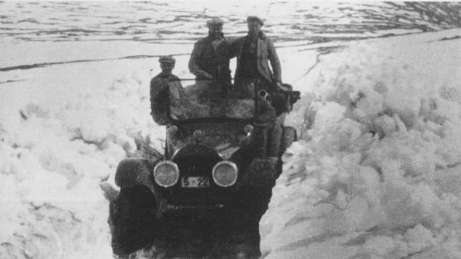 Ein av dei første rutebilane i Lærdal på veg over Hemsedalsfjellet i juni 1923. Eigar av foto: Statens Vegvesen.