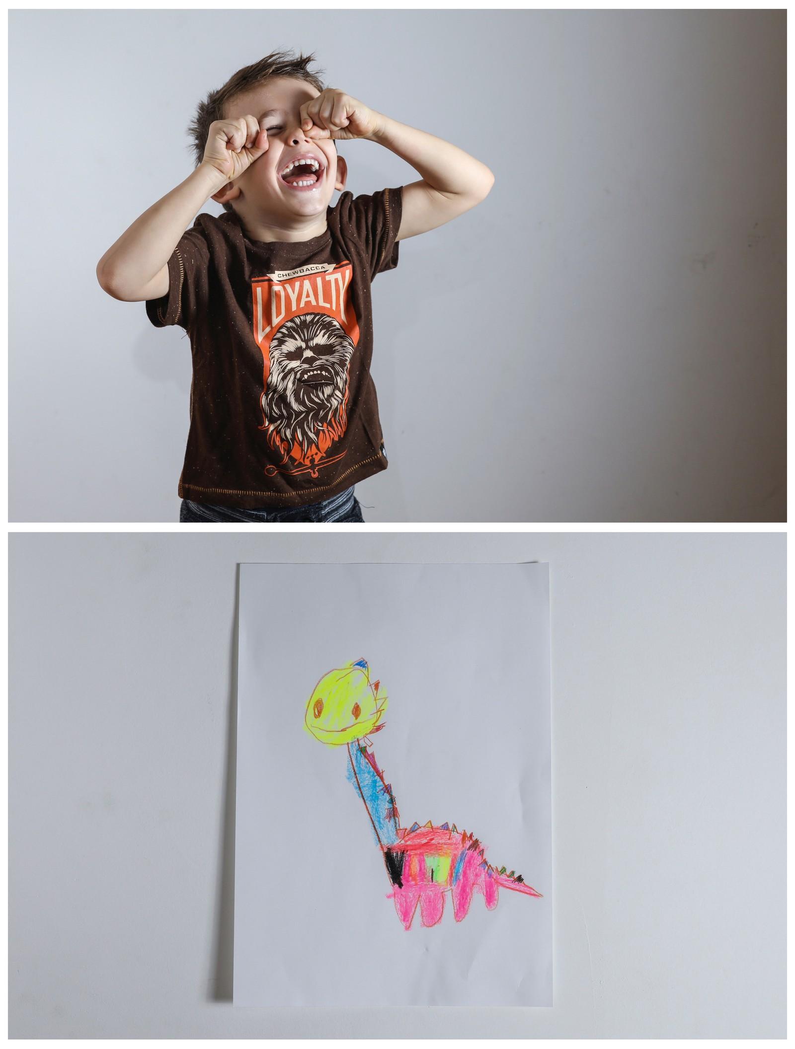 Serbiske Maxim (4) ler godt foran kameraet sammen med en tegning av hva han ønsker seg til jul. Nyhetsbyrået Reuters har fotografert barn fra hele verden og spurt dem hva de ønsker seg fra nissen i år. Maxim ønsker seg en leke-dinosaur.