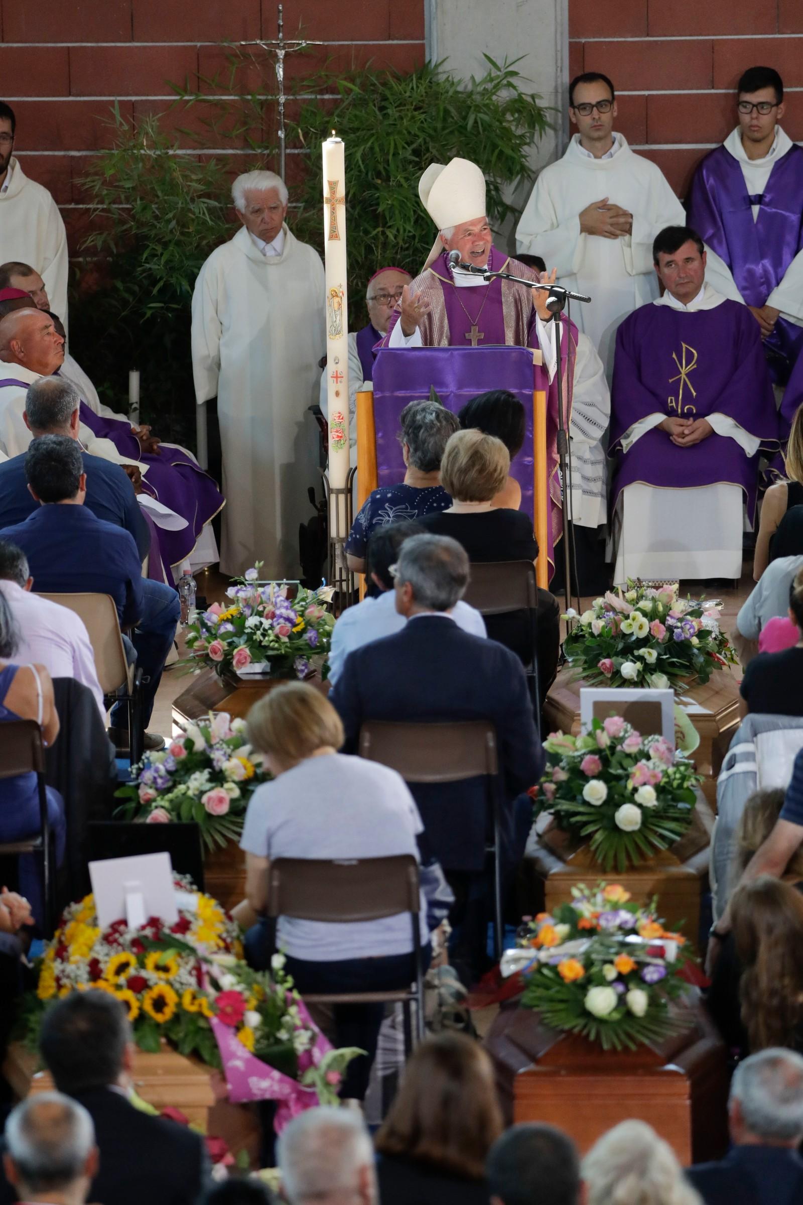 Bishop Giovanni D'Ercole leia gravferda i idrettsahllen i Ascoli Piceno.