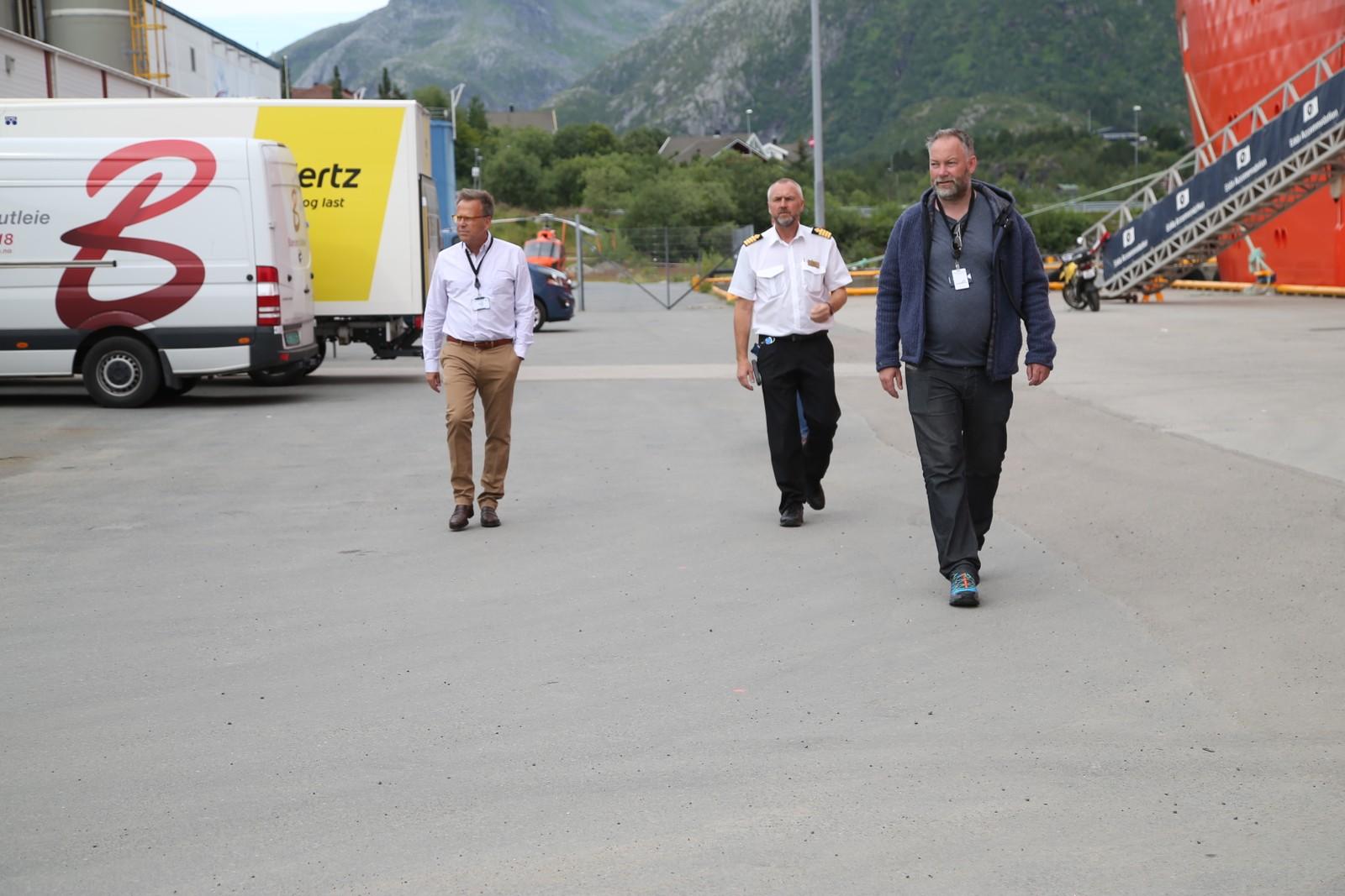 Produsent Mark Johnson møter pressen (t.v.) sammen med kaptein Ole Andre Kjørlien og lokal produsent Per Henry Borch.