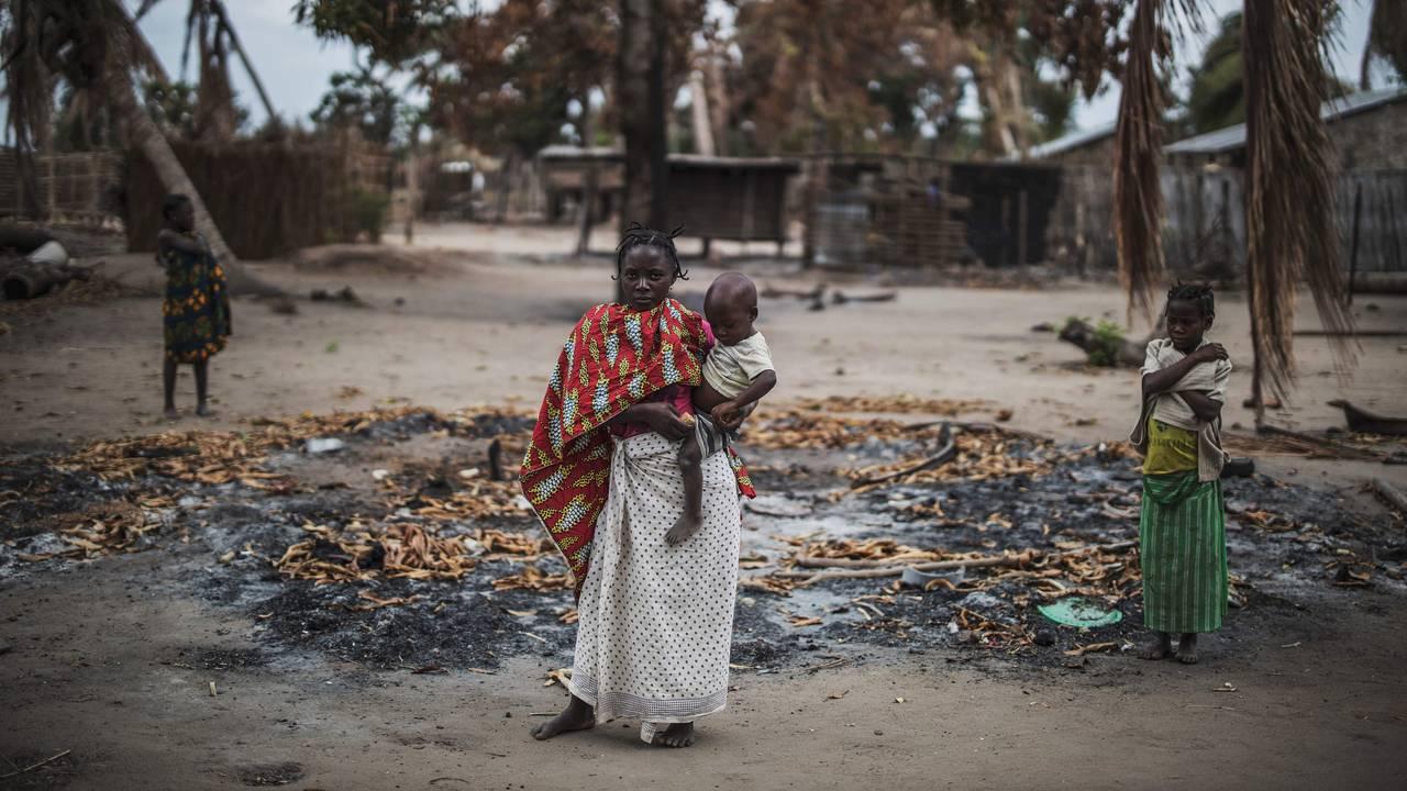 En kvinne holder barnet sitt etter et angrep mot landsbyen Aldeia da Paz i nordlige Mosambik.  24. agust, 2019 .