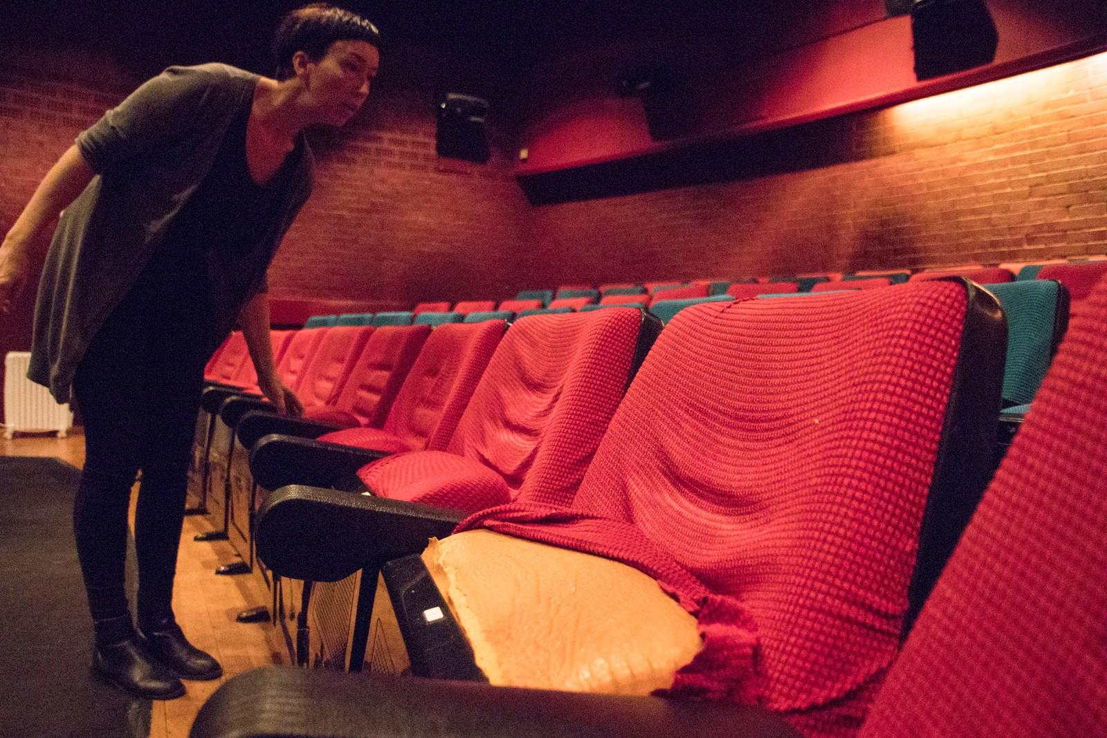 Daglig leder Janne Molberg i Cinemateket viser NRK de slitte gamle setene.