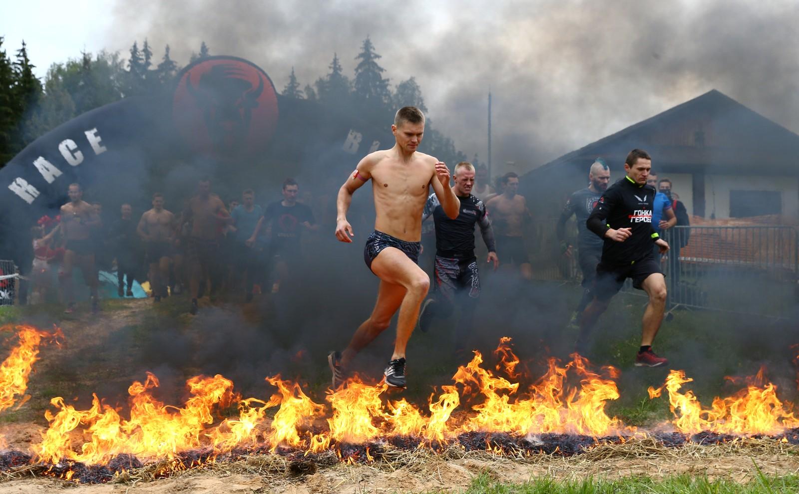 Deltakene i aksjon under Bisonløpet, som er et ekstremt hinderløp, ved landsbyen Logoisk i Hviterussland 17. september.