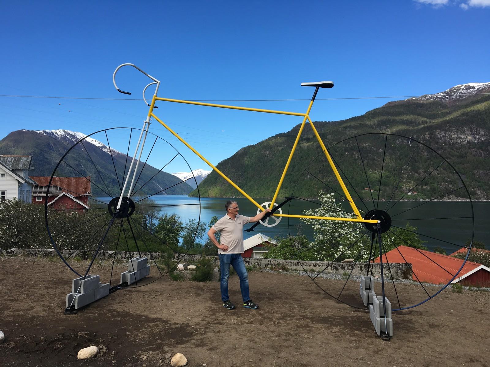 Gunnar Vedvik viser fram sykkelen som syklistane vil sjå når dei syklar forbi Dragsvik.