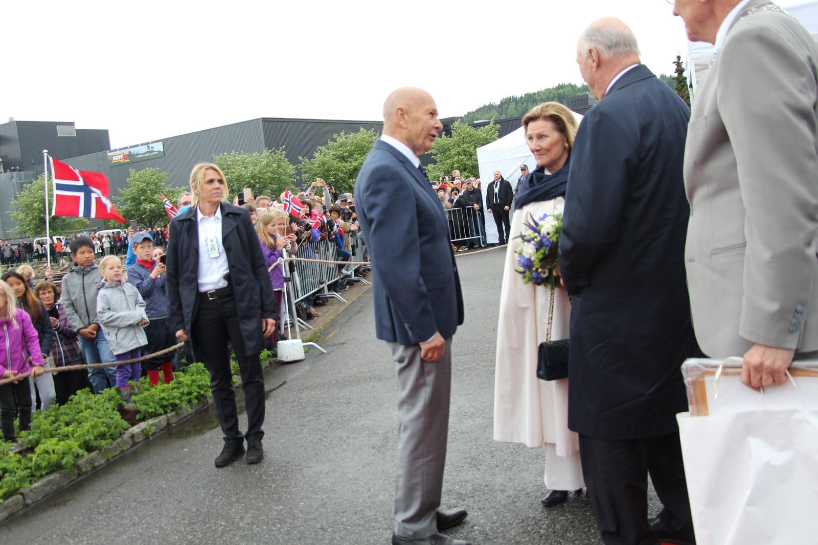 Knut Øivind Topp fikk snakke med kongeparet. Topp er født på samme dag som Dronningen.