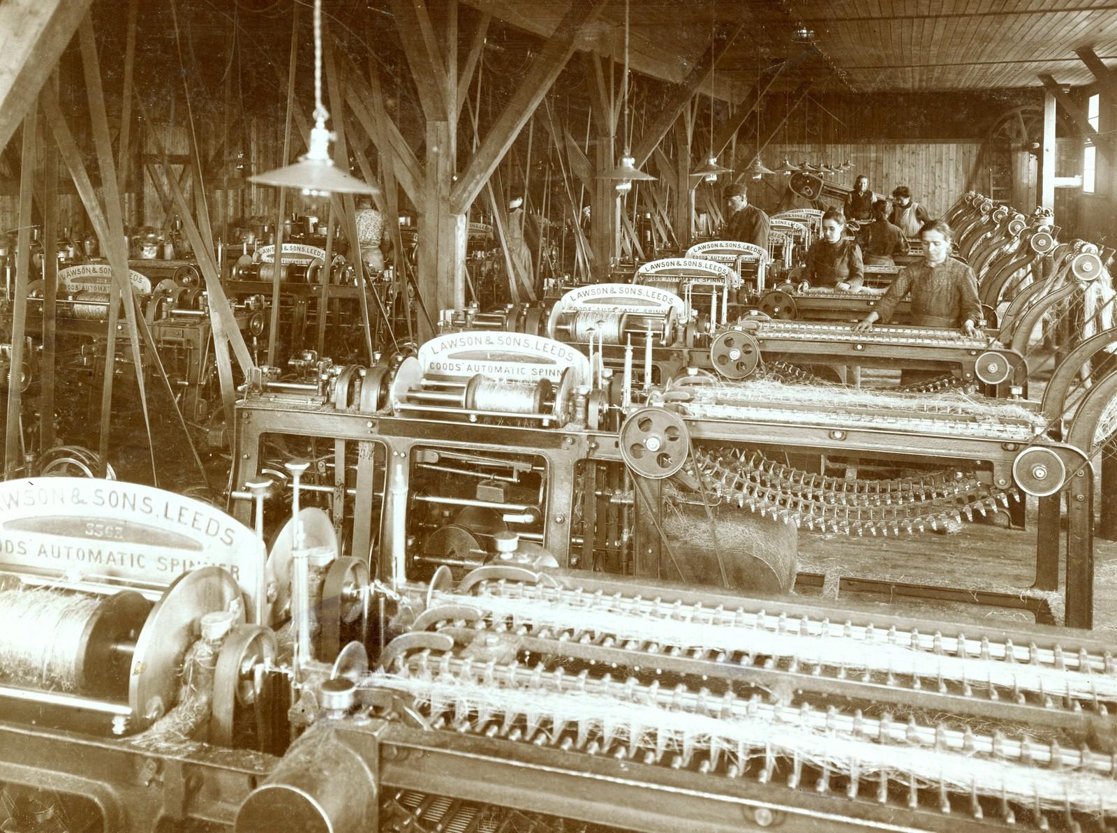 """Kvinner ved spinnerimaskin """"Automatic"""" 1910. Udatert. Fotograf ukjent?"""