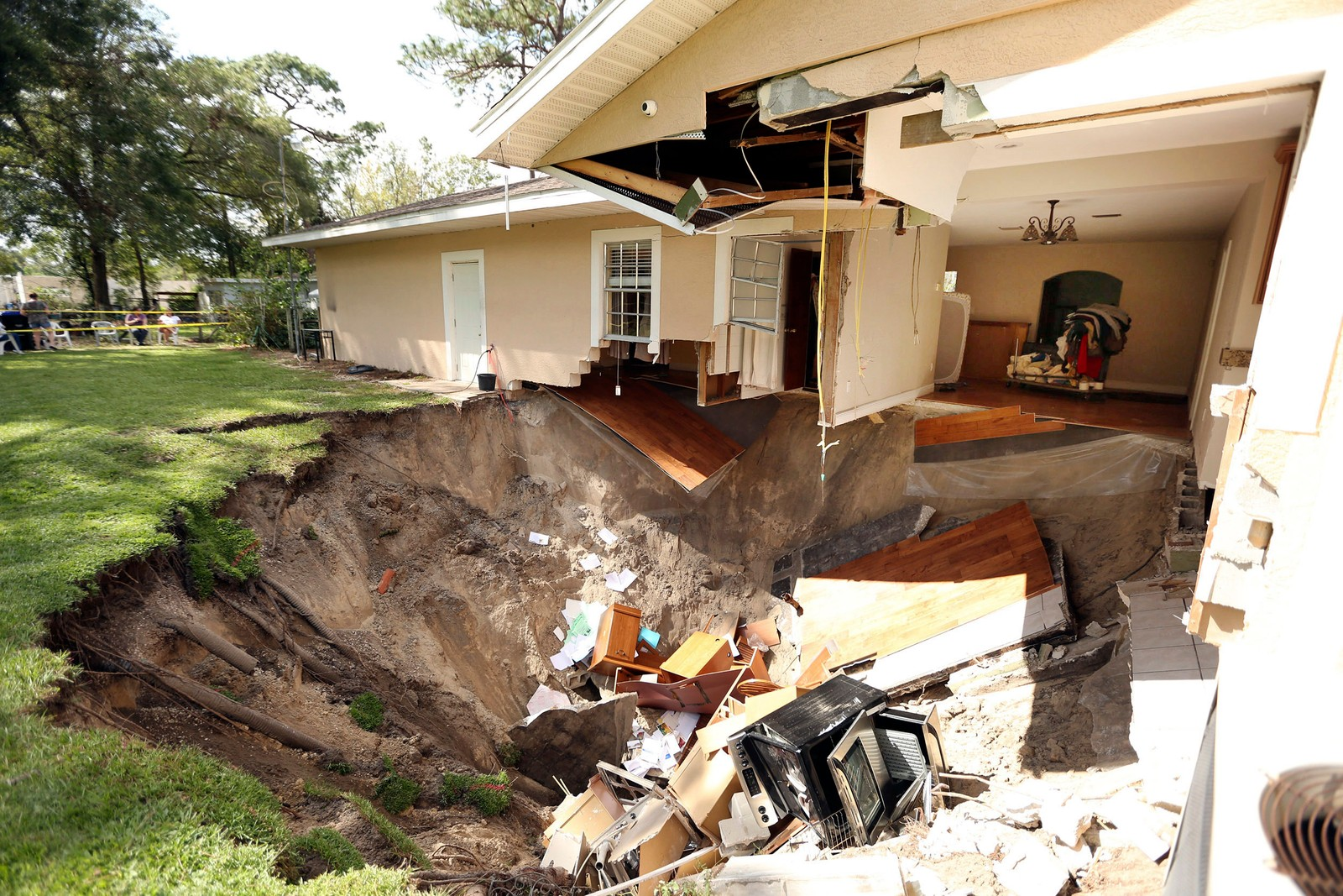 Det blir antakelig en del take-away-middager på familien som bor i dette huset, etter at et synkehull tok med seg blant annet kjøkkenet. Ingen ble skada, rapporterte brannvesenet i Apopka, Florida.