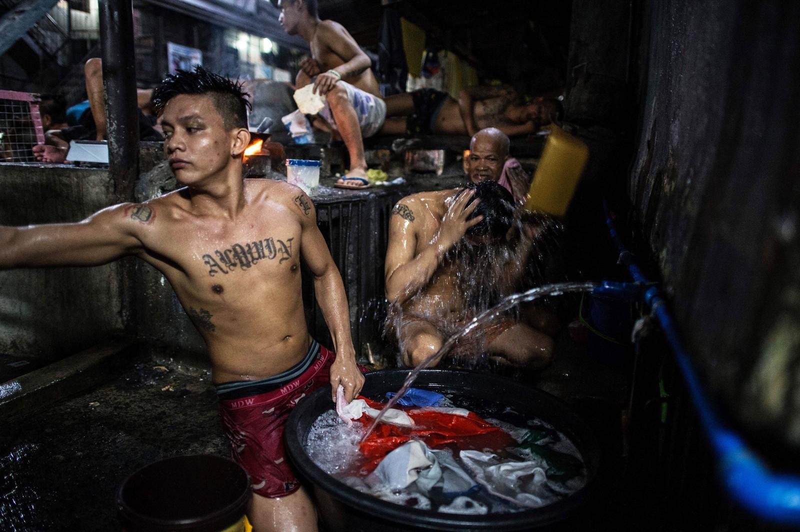 Fanger i Quezon City-fengselet prøver å kjøle seg ned i den trykkende heten.