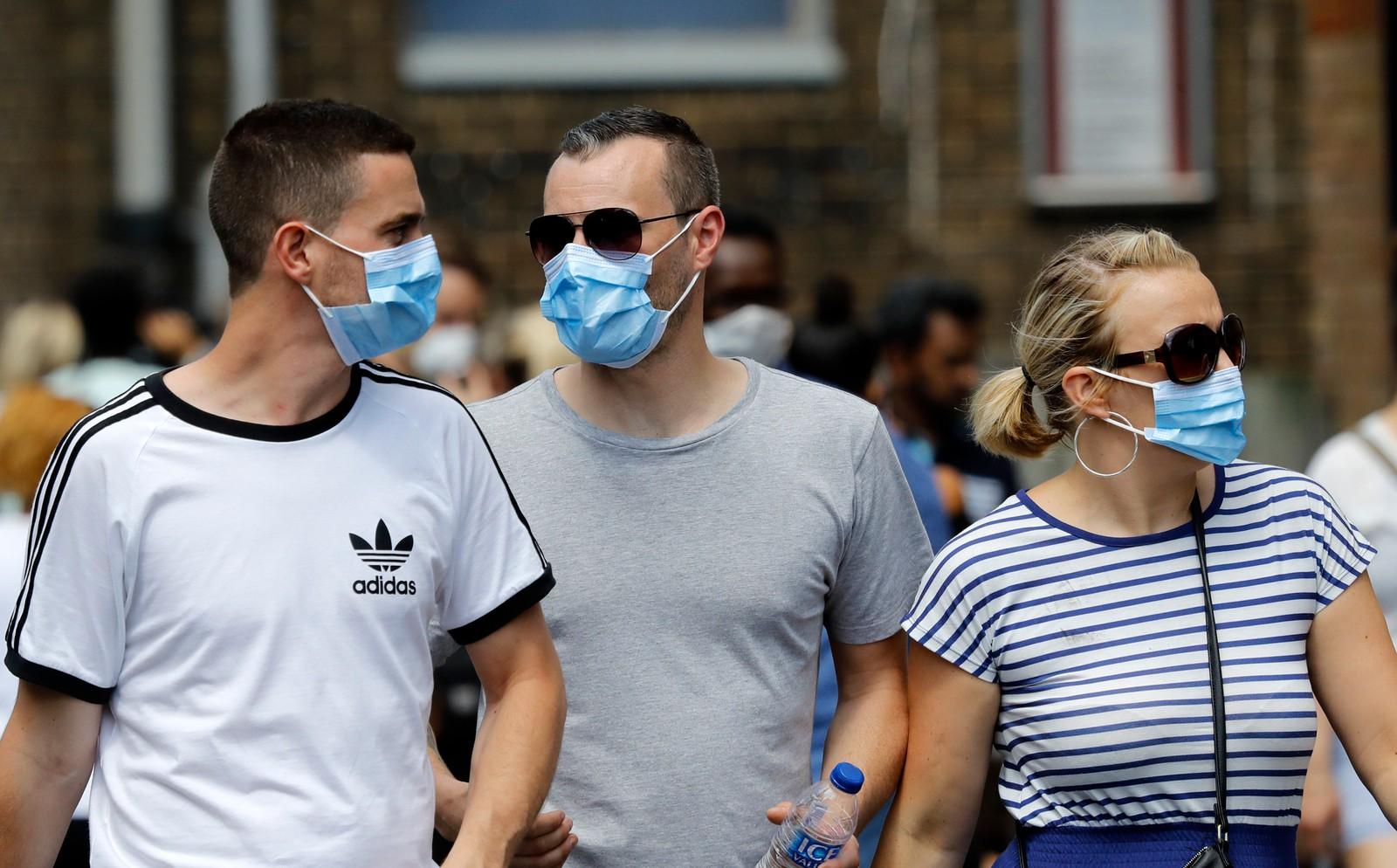 MUNNBIND: I området rundt boligblokken bærer folk munnbind på grunn av røyk.